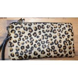 Pochette cuir poil effet léopard
