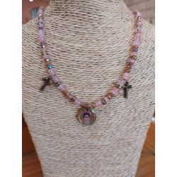 Ras de cou Agate rose, cristal,pendentifs croix et Frida Kahlo